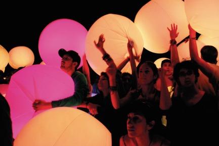 Dossier de presse | 824-01 - Communiqué de presse | ESKI illumine le Festival Coachella au son d'Arcade Fire ! - ESKI - Design d'éclairage - Crédit photo : ESKI<br><br>