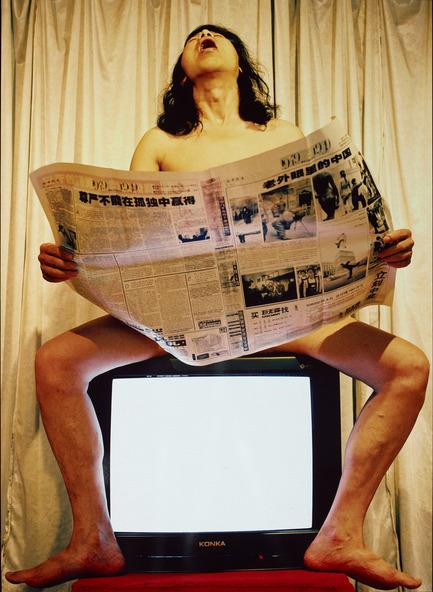 Press kit | 696-03 - Press release | Drapeau rouge, art contemporain chinois dans les collections montréalaises - Musée des beaux-arts de Montréal (MBAM) - Évènement + Exposition - TV no 6, 2000<br>Épreuve à développement chromogène, édition de 10<br>149,7 x 109,8 cm<br>Don de Mes J. Serge Sasseville et François Dell'Aniello en l'honneur du 150e anniversaire du Musée des beaux-arts de Montréal<br>Inv. 2010.854 (DRA.013 - Photo credit: Frères Gao<br>Zhen Gao – Né à Jinan (Chine) en 1956<br>Qiang Gao – Né à Jinan (Chine) en 1962