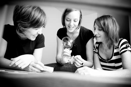 Press kit | 562-42 - Press release | Boutique CODE SOUVENIR MONTRÉAL : la créativité montréalaise à son meilleur! - Bureau du design - Ville de Montréal - Product - PANOPLIE&nbsp;<br>Designers : Sarah Brousseau, Cléo Poirier, Marie-Christine Rondeau&nbsp;<br>Nom du produit : Sous-verres identificateurs Gluk - Photo credit: Portrait fond blanc : Fondation Montréal inc.&nbsp;<br>Atelier : Geneviève Demers&nbsp;<br>Autres photos : PANOPLIE