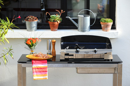 Press kit | 688-04 - Press release | Gourmet cooking comes into the garden: LA PLANCHA® bows into Québec - Jardin de Ville - Industrial Design -         Console Design et Plancha 60, ambiance - Photo credit:         Xavier Leoty