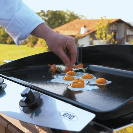 Press kit | 688-04 - Press release | Gourmet cooking comes into the garden: LA PLANCHA® bows into Québec - Jardin de Ville - Industrial Design -         Œuf sur le plat avec La Plancha 60 - Photo credit: Thomas Duval