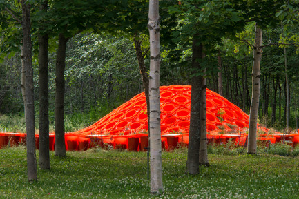 Press kit | 837-08 - Press release | Le 15e Festival international de jardins des Jardins de Métis séduit les visiteurs - Festival international de jardins / Jardins de Métis - Event + Exhibition -       CONE GARDEN BOCKSILI&nbsp;by&nbsp;Livescape [Seungjong Yoo, Byoungjoon Kwon, Hyeryoung Cho, Yongchul Cho, Iltae Jeong, Jinhwan Kim, Soojung Yoon, Byoungjoon Kim]<br>Seoul, South Korea<br><br>Planted with the bottom on top, orange construction cones serve as planters, speakers and benches. An original way to construct, deconstruct and reconstruct our environment.<br><br>www.livescape.co.kr<br>       - Photo credit: Louise Tanguay