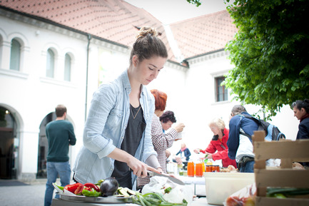 Press kit | 1171-01 - Press release | Fast approaching BIO 50 starts September 18th 2014 - Museum of Architecture and Design (MAO), Ljubljana - Event + Exhibition - Knowing Food team members preparing a meal at MAO - Photo credit: Ana Kovac