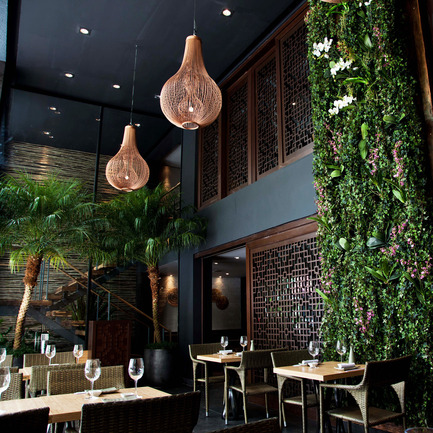 "Dossier de presse | 902-02 - Communiqué de presse | A' Design Awards 2014 Les Gagnants Annoncés - A' Design Award and Competition - Concours -  Osaka - Sao Paulo Restaurant by Ariel Chemi / AGCH arquitectos<br><br>PROJECT DESCRIPTION:<br>Osaka restaurant in Sao Paulo, is the consequence of a perfect mix between the Nikkei style and the Brazilian tropical culture atmosphere. Located in the Itaim Bibi neighbor, Osaka shows proudly his architecture and food, offering an intimate and cozy ambiance in its different spaces. The outdoor terrace next to the street, is a modern urban courtyard which connect interior, exterior and nature. Inside the main space, a huge hanging ""nest"" lighting element, provides illumination and an appropriate spatial scale. Lamella roof system with dim lighting, and wood latticework were carefully studied in order to complete the harmonizing interior design, in order to generate a dynamic and natural way to connect the sushi & cocktails faced bars. In the upper level, a second cocktails bar next to the big central hole gives character to the environment, where different private rooms are located. The sophisticated aesthetic was materialized with the use of natural elements and some specific patterns. Wall coverings textures with stones/wood, wooden floors, plants, water, iron details and dim illuminating techniques join to create the mood.   - Crédit photo :  AGCH ARQS. / OSAKA"
