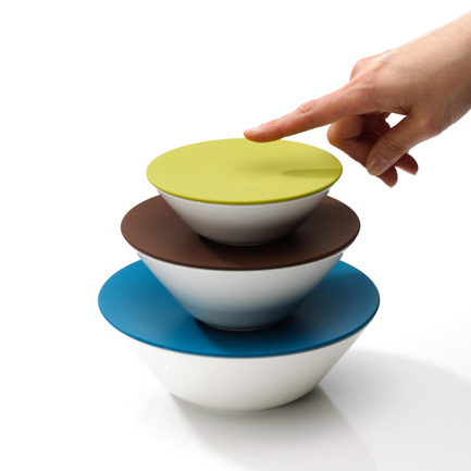 Dossier de presse | 902-02 - Communiqué de presse | A' Design Awards 2014 Les Gagnants Annoncés - A' Design Award and Competition - Concours - Osoro Open Tableware System by Narumi Corporation<br><br>PROJECT DESCRIPTION:<br>OSORO's innovative character is to combine the quality of high-grade vitrified porcelain and its typical ivory-colored glossy skin with the function suitable for preserving food in the refrigerator or freezer and for cooking with steam oven or microwave. The simple, modular shape with its various elements can be stacked to save space, flexibly combined and closed with a multi-colored silicone O-Sealer or O-Connector so that food stays well sealed in it. OSORO can be universally used eliminating the need for our daily life. - Crédit photo : Narumi Corporation, 2013.