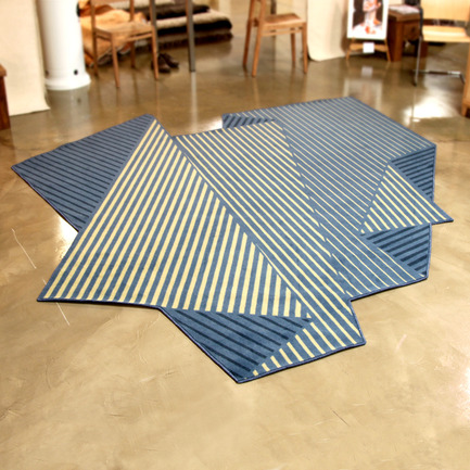 Dossier de presse | 902-02 - Communiqué de presse | A' Design Awards 2014 Les Gagnants Annoncés - A' Design Award and Competition - Concours - Folded Tones <br>Rug by Enoch Liew<br><br>PROJECT DESCRIPTION:<br>Three-dimensionality and the illusion of depth were achieved with just three colours. It was a conscious effort to limit the number of colours for adaptability and flexibility. The variety of tones and depth of the rug is dependent on the width and density of the stripes, rather than a large palette of colours that may jar with a particular space.  - Crédit photo : Enoch Liew, 2013.
