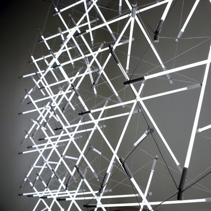 Dossier de presse | 902-02 - Communiqué de presse | A' Design Awards 2014 Les Gagnants Annoncés - A' Design Award and Competition - Concours - Tensegrity Space Frame Light <br>Lighting Structure by Michal Maciej Bartosik<br><br>PROJECT DESCRIPTION:<br>The tensegrity space frame light eliminates previous redundancies between light and structure in order to produce luminous form. Utilizing Snelson's structural discovery, appropriated and popularized by Buckminster Fuller as tensegrity, the light source and its electrical wire work mutually in compression and tension to produce a seemingly discontinuous field of light defined only by its inherent and modular structural logic.  - Crédit photo : Alex Earl Gray, 2013.
