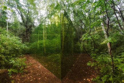 Dossier de presse | 837-10 - Communiqué de presse | Le 16e Festival international de jardins aux Jardins de Métis créera tout un BUZZ en 2015! - Festival international de jardins / Jardins de Métis - Architecture de paysage -  RÉFLEXIONS COLORÉES<br>de Hal Ingberg<br>Montréal (Québec), Canada<br><br>Ce triangle équilatéral semi-réfléchissant crée une enceinte à la façon d'une cour extérieure intimiste, intensifiant la perception que le visiteur a de la forêt. <br><br>www.halingberg.com  - Crédit photo : Louise Tanguay