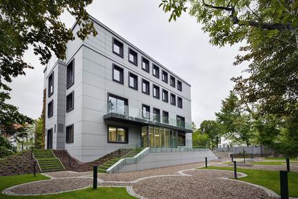 Press kit | 1139-03 - Press release | Foundation for Polish Science Headquarters - FAAB Architektura - Commercial Architecture - Garden view - Photo credit: Bartłomiej Senkowski © FAAB Architektura