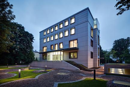 Press kit | 1139-03 - Press release | Foundation for Polish Science Headquarters - FAAB Architektura - Commercial Architecture - Garden view at dusk<br> - Photo credit: Bartłomiej Senkowski © FAAB Architektura