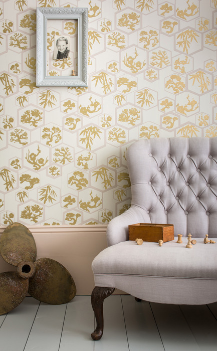 Press kit | 798-06 - Press release | Ramacieri Soligo presents Farrow & Ball paints and wallpapers - Ramacieri Soligo - Product -   Wallpaper : Souchikoubai, BP 4502<br>Woodwork : Dimity, Estate Eggshell&nbsp;<br>Floor : Slipper Satin, Floor Paint  - Photo credit: Farrow &amp; Ball