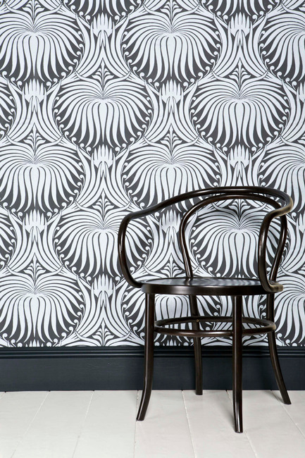 Press kit | 798-06 - Press release | Ramacieri Soligo presents Farrow & Ball paints and wallpapers - Ramacieri Soligo - Product -    Wallpaper : Lotus, &nbsp;BP 2057<br>Woodwork : Black Blue, Estate Egshell&nbsp;<br>Floor : Wimborne White, Floor Paint   - Photo credit: Farrow &amp; Ball