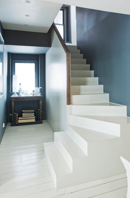 Press kit | 798-06 - Press release | Ramacieri Soligo presents Farrow & Ball paints and wallpapers - Ramacieri Soligo - Product - Wall : Hague Blue, Moderne Emulsion<br>Stairs : All White, Full Gloss<br>Floor : All White Floor Paint - Photo credit: Farrow &amp; Ball