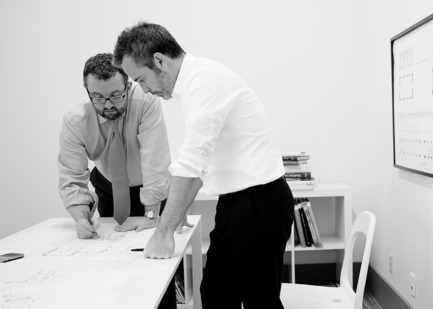 Dossier de presse | 1135-02 - Communiqué de presse | Industriel chic sur mesure - Les Ensembliers - Design d'intérieur résidentiel - Maxime Vandal (gauche), architecte associé et Richard Ouellette (droite), designer associé - Crédit photo : Jean-Francois Beliveau