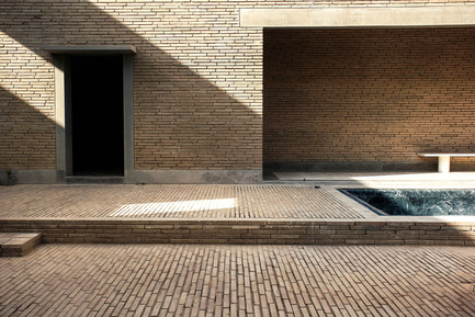 Press kit | 756-09 - Press release | Rooms You May Have Missed: Umberto Riva, Bijoy Jain - Canadian Centre for Architecture (CCA) - Event + Exhibition - Studio Mumbai Architects. Ahmedabad House, Ahmedabad, Gujarat, India, 2012–2014. View of central courtyard looking north showing green marble pool. April 2014. Photograph by Srijaya Anumolu. © Bijoy Jain.