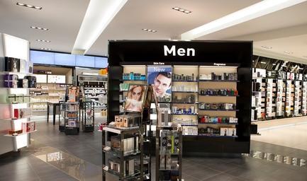 Dossier de presse | 1332-01 - Communiqué de presse | Repenser l'expérience client et dépasser les objectifs de vente - Tuxedo - Architecture commerciale - Shoppers Drug Mart Calgary - Crédit photo : Gadbois Photography