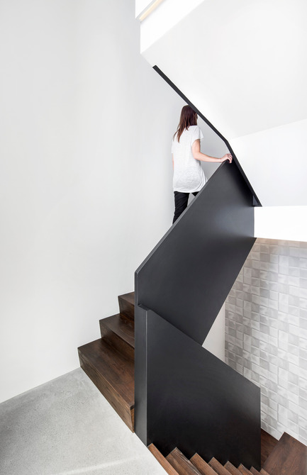 Press kit | 1560-01 - Press release | Holy Cross House - TBA / Thomas Balaban Architecte - Residential Architecture - Main staircase - Photo credit: Adrien Williams
