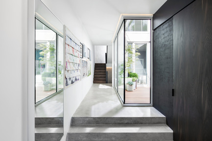Press kit | 1560-01 - Press release | Holy Cross House - TBA / Thomas Balaban Architecte - Residential Architecture - Entry - Photo credit: Adrien Williams