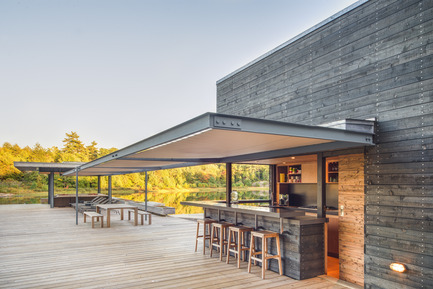 Press kit | 1600-01 - Press release | A Modern Boathouse in a Canadian Landscape - Weiss Architecture & Urbanism Limited - Residential Architecture - Servery and Shade Canopy - Photo credit: Arnaud Marthouret
