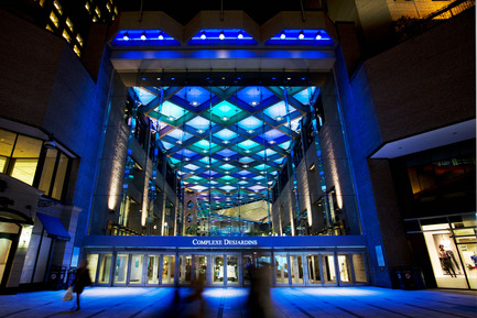 Dossier de presse | 621-20 - Communiqué de presse | A Dynamic NewLighting Signature for Complexe Desjardins - Lightemotion - Lighting Design - Complexe Desjardins - Entrance to Retail Concourse  - Crédit photo : LIghtemotion