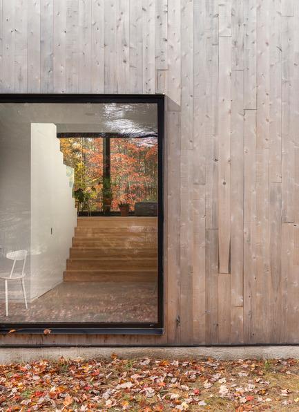 Dossier de presse | 1113-04 - Communiqué de presse | Maison Terrebonne - la SHED architecture - Residential Architecture - View through the house - Crédit photo : Maxime Brouillet