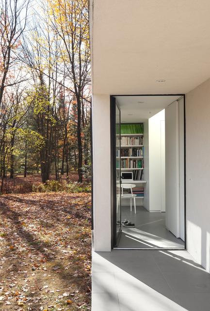 Dossier de presse | 1113-04 - Communiqué de presse | Maison Terrebonne - la SHED architecture - Architecture résidentielle - Entrée - Crédit photo : Maxime Brouillet
