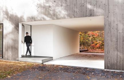 Dossier de presse | 1113-04 - Communiqué de presse | Maison Terrebonne - la SHED architecture - Architecture résidentielle - Stationnement couvert<br> - Crédit photo : Maxime Brouillet