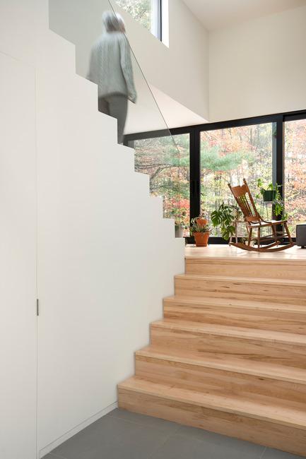 Dossier de presse | 1113-04 - Communiqué de presse | Maison Terrebonne - la SHED architecture - Architecture résidentielle - Vestibule et escalier - Crédit photo : Maxime Brouillet