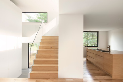 Press kit | 1113-04 - Press release | Maison Terrebonne - la SHED architecture - Residential Architecture - Staircase and kitchen - Photo credit: Maxime Brouillet
