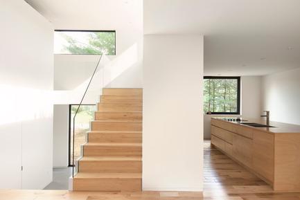 Dossier de presse | 1113-04 - Communiqué de presse | Maison Terrebonne - la SHED architecture - Residential Architecture - Staircase and kitchen - Crédit photo : Maxime Brouillet