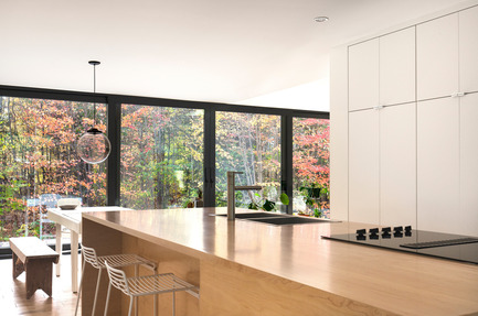 Dossier de presse | 1113-04 - Communiqué de presse | Maison Terrebonne - la SHED architecture - Residential Architecture - Kitchen and outside view - Crédit photo : Maxime Brouillet