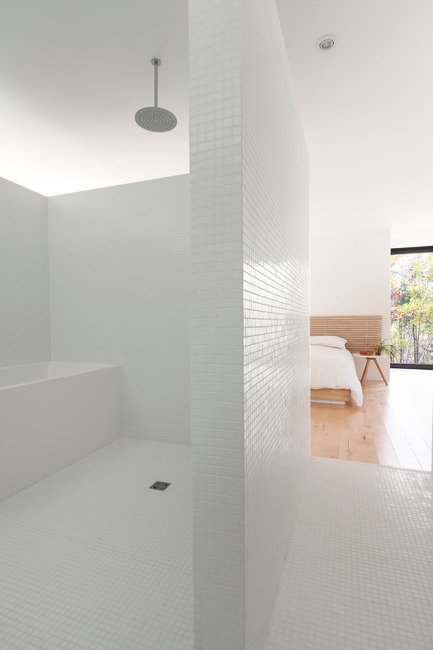 Dossier de presse | 1113-04 - Communiqué de presse | Maison Terrebonne - la SHED architecture - Architecture résidentielle - Salle de bain - Crédit photo : Maxime Brouillet