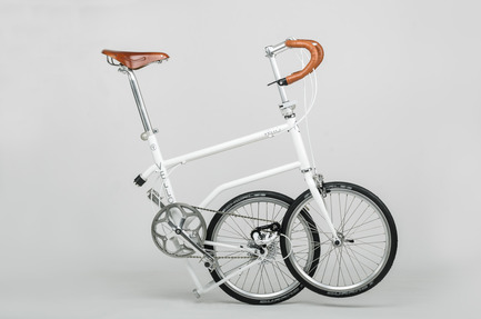 Dossier de presse | 1833-01 - Communiqué de presse | The first urban compact bike - VELLO bike - Industrial Design - VELLO Speedster - half folded - Crédit photo : V.Kutinkov