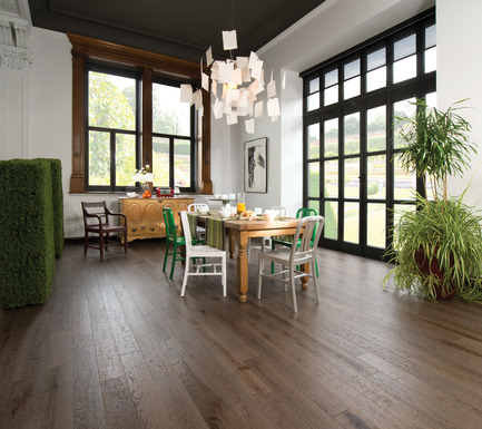 Press kit | 1639-02 - Press release | La collection Imagine : des planchers conçus pour mieux camoufler les aléas du quotidien - Planchers de bois franc Mirage - Residential Interior Design -   Old Red Oak Barn Wood, Distressed Look<br>   - Photo credit: Mirage Hardwood Floors