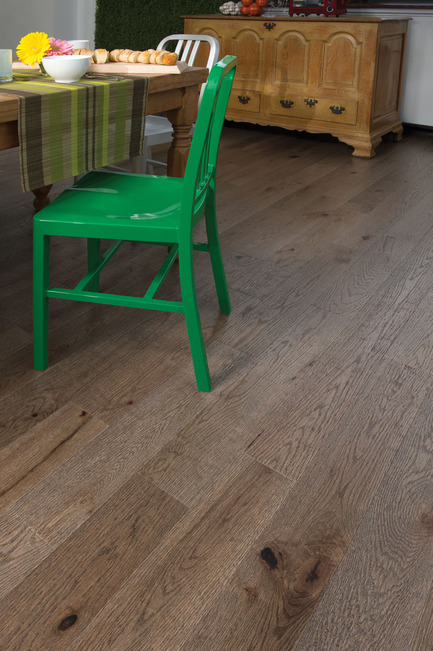 Press kit | 1639-02 - Press release | La collection Imagine : des planchers conçus pour mieux camoufler les aléas du quotidien - Planchers de bois franc Mirage - Residential Interior Design -  Old Red Oak Barn Wood, Distressed Look  - Photo credit: Mirage Hardwood Floors