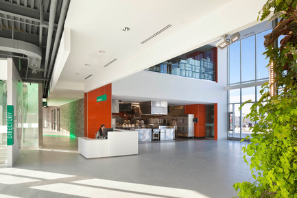 Dossier de presse | 1866-01 - Communiqué de presse | Durham College Centre for Food - Gow Hastings Architects - Institutional Architecture - Culinary and wine labs open onto the central atrium which doubles as an event space - Crédit photo : Tom Arban