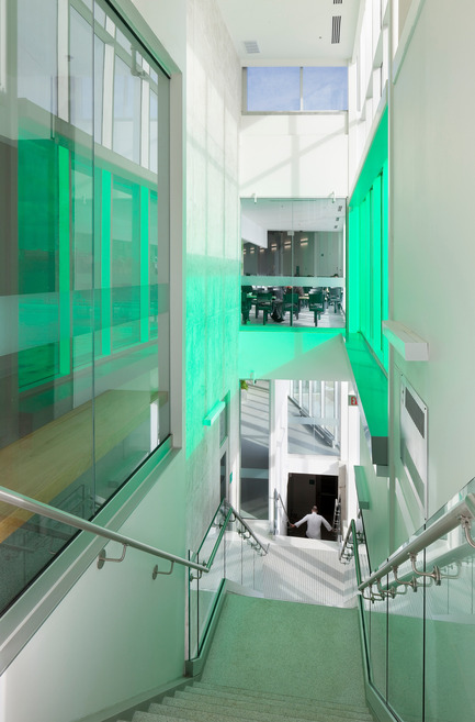 Dossier de presse | 1866-01 - Communiqué de presse | Durham College Centre for Food - Gow Hastings Architects - Institutional Architecture - A feature stair connects the three floors with coloured light - Crédit photo : Tom Arban