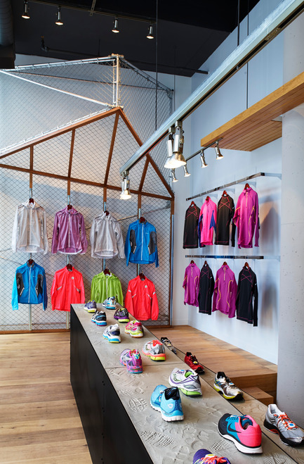 Dossier de presse | 1048-07 - Communiqué de presse | +tongtong designs a high-end running store in downtown Toronto inspired by its urban context - +tongtong - Commercial Interior Design - Crédit photo : Colin Faulkner Photography