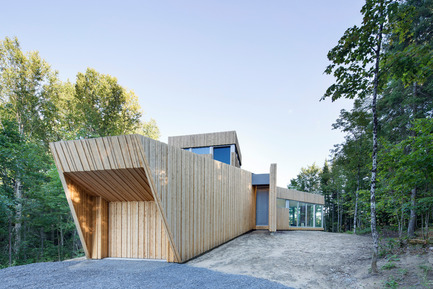 Press kit | 780-03 - Press release | House on Lac Grenier - Paul Bernier Architecte - Residential Architecture -  Garage and entrance  - Photo credit: Adrien Williams