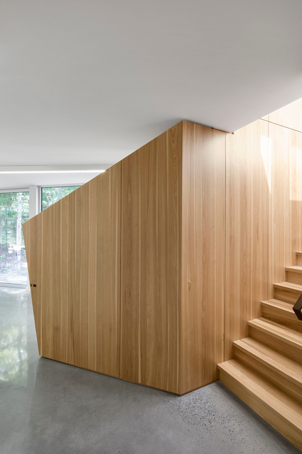 Press kit | 780-03 - Press release | House on Lac Grenier - Paul Bernier Architecte - Residential Architecture -         Behind the wall unit in the entrance, a   hidden staircase leads to the rooftop study.       - Photo credit: Adrien Williams
