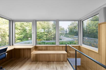 Dossier de presse | 780-03 - Communiqué de presse | La maison du Lac Grenier - Paul Bernier Architecte - Architecture résidentielle -         Pièce sur le toit avec vue sur le toit vert   et la forêt       - Crédit photo : Adrien Williams