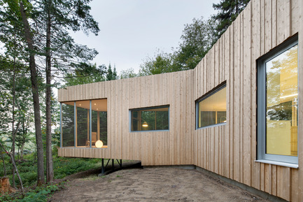 Press kit | 780-03 - Press release | House on Lac Grenier - Paul Bernier Architecte - Residential Architecture -         North facade and view toward cantilevered   screened room       - Photo credit: Adrien Williams