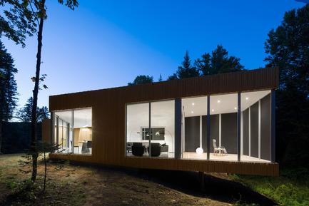 Dossier de presse | 780-03 - Communiqué de presse | La maison du Lac Grenier - Paul Bernier Architecte - Architecture résidentielle -         Porte-à-faux, de nuit       - Crédit photo : Adrien Williams