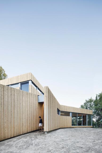 Dossier de presse | 780-03 - Communiqué de presse | La maison du Lac Grenier - Paul Bernier Architecte - Architecture résidentielle - Entrée - Crédit photo : Adrien Williams