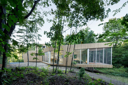 Press kit | 780-03 - Press release | House on Lac Grenier - Paul Bernier Architecte - Residential Architecture -         South facade, cantilevered screened room       - Photo credit: Adrien Williams
