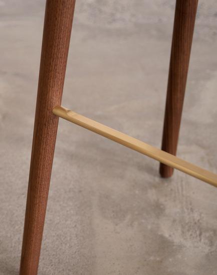 Press kit | 1077-03 - Press release | The C401 stoolA strong formal presence - Kastella - Industrial Design -  C401 brass footrest<br>  - Photo credit: Kastella