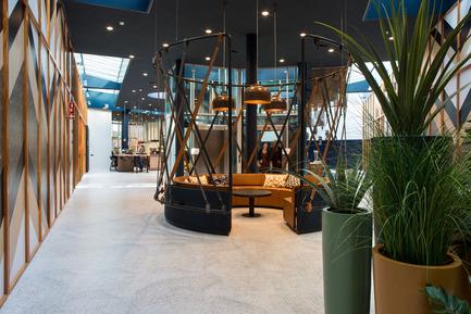 Dossier de presse   1177-02 - Communiqué de presse   Tribes inspiring workplaces - Ceramiche Refin S.p.A. - Commercial Interior Design - Tribes: the round tables for meetings. - Crédit photo : Rika Looij