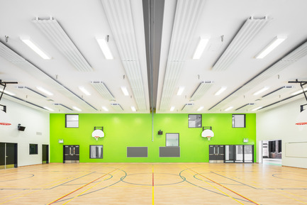 Press kit | 752-03 - Press release | Une jeune funambule de bronze... accueille les écoliers de Parc-Extension - NFOE et associés architectes - Institutional Architecture - Gymnasium  - Photo credit: Charles Lanteigne
