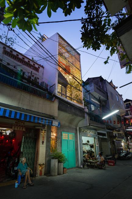 Dossier de presse | 1256-01 - Communiqué de presse | Saigon house - a21studĩo - Residential Architecture - Night exterior, the house looks exclusive with it frameworks.  - Crédit photo : Quang Tran