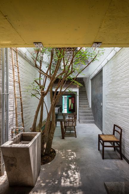 Dossier de presse | 1256-01 - Communiqué de presse | Saigon house - a21studĩo - Residential Architecture - Ground floor, view from back end.  - Crédit photo : Quang Tran
